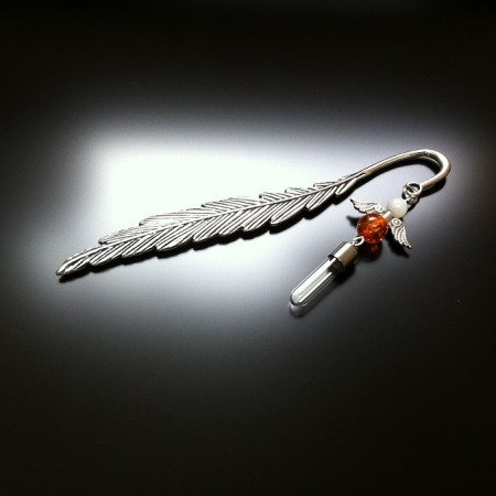 Feather bookmark with angel wings and opalite and mother of pearl gems. Treat someone special one to this beautiful bookmark. Maybe it's a simply to say I love you, or a heartfelt well done to celebrate an achievement, this special gift is truly something to cherish. The bookmark comes complete with a velvet pouch.